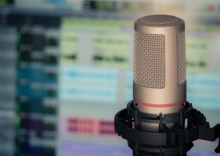 microphone-3381837_1920